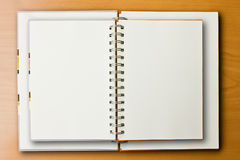 dubbelt anteckningsbokträ för bakgrund Arkivbild