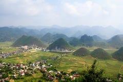 Dubbelt berg på den Tam Son staden, Quan Ba, Ha Giang, Vietnam Arkivfoton