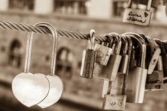 Dubbelt förälskelselås på en bro Royaltyfri Bild