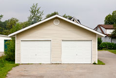 dubbelt fristående garage Arkivbilder