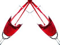 Dubbelt hälla för dubbelt rött vin in i champagneexponeringsglas Arkivbild