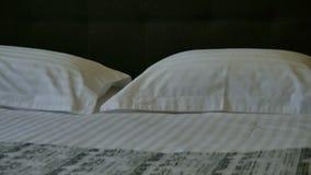 dubbelt hotellrum f?r underlag Dubbelsäng med vit sänglinne arkivfilmer
