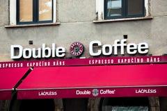 Dubbelt kaffe undertecknar in den Riga staden Dubbelt kaffe är ett kaffehusföretag som baseras i Lettland Arkivbilder