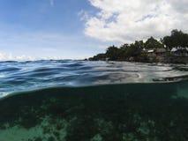 Dubbelt landskap med havsvatten och molnig blå himmel Tropiskt sjösidafoto Royaltyfri Foto