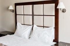 dubbelt modernt för sovrum Bekväma mjuka vitkuddar på en säng Inre rum av en lägenhet eller ett hotell Royaltyfria Bilder