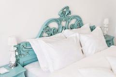 dubbelt modernt för sovrum Bekväma mjuka vitkuddar på en säng Inre rum av en lägenhet eller ett hotell Royaltyfri Bild