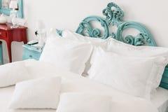 dubbelt modernt för sovrum Bekväma mjuka vitkuddar på en säng Inre rum av en lägenhet eller ett hotell Arkivfoto