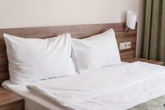dubbelt modernt för sovrum Bekväma mjuka vitkuddar på en säng Inre rum av en lägenhet eller ett hotell Fotografering för Bildbyråer