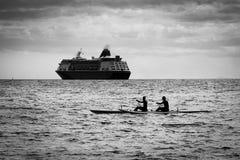 Dubbelt paddla på en utriggare Royaltyfria Foton