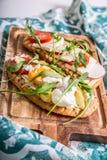 Dubbelt rostat bröd med ägget, aragula, tomat och ost, bröd för franskt rostat bröd med veggies Royaltyfri Fotografi