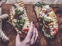 Dubbelt rostat bröd med ägget, aragula, tomat och ost, bröd för franskt rostat bröd med veggies Fotografering för Bildbyråer