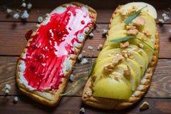 Dubbelt rostat bröd med hallondriftstopp, aragulaen, äpplet, ost, bröd för franskt rostat bröd med veggies, fjädrar sunt rostat b Royaltyfria Bilder