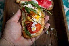 Dubbelt rostat bröd med hallondriftstopp, aragulaen, äpplet, ost, bröd för franskt rostat bröd med veggies, fjädrar sunt rostat b Arkivfoton