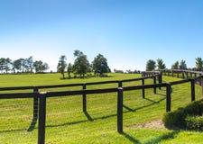 Dubbelt staket på hästlantgården arkivbild