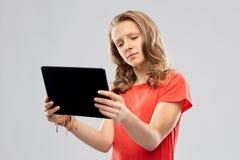 Dubbio dell'adolescente con il computer della compressa fotografia stock libera da diritti