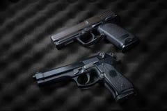 Dubbla automatiska pistoler Arkivfoton