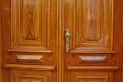 Dubbla dörrar för klassisk träingång med det guld- antika den dörrhandtaget och nyckelhålet arkivbild