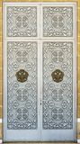 Dubbla dörrar med openwork stänger Arkivbild