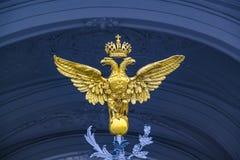 Dubbla Eagle - emblem av Ryssland på portvinterslotten i St Petersburg Arkivfoton