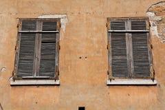 dubbla europeiska stilfönster Arkivbilder