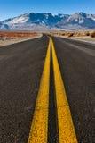 Dubbla gula linjer i mitt av vägen Arkivfoton