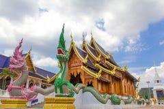 Dubbla nagas som bevakar buddistkyrkan, förbudhålasally, ser måndag Royaltyfri Fotografi