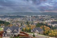 Dubbla regnbågar på den lyckliga dalen arkivbilder