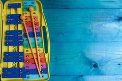 Dubble Xylophon des Regenbogens auf einem blauen backgpound mit Kopienraum, Konzept der musikalischen Entwicklung stockfotos