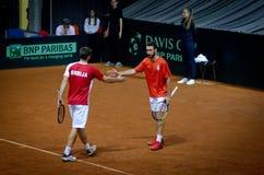 Dubblera, Miljan Zekic och Nikola Milojevic som spelar i matchen mot USA, Davis Cup 2018, Nis, Serbien Arkivbild