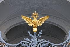 Dubblett-hövdad örn på portarna av vinterslotten St Petersburg royaltyfria foton