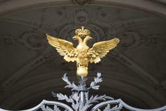 Dubblett-hövdad örn på skyddsgallret av vinterslotten St Petersburg Arkivbilder