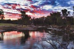 dubboflodscharlakansrött solnedgång Arkivbilder