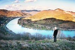 2016-03-29 - Dubicky,捷克共和国-从Doerell视图的河Labe在Ceske在游人初的stredohori区域 免版税库存照片