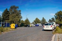 Dubicky, República Checa - 8 de julio de 2017: coches en el estacionamiento del asfalto para los turistas que van a puestos de ob Fotografía de archivo