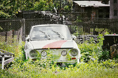 2016-06-05 - Dubicky, república checa - a destruição do carro czechoslovak legendário 'Skoda 110R' estacionou na vila de Dubicky Foto de Stock Royalty Free