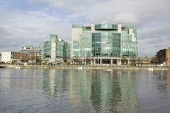 dublín Edificios de la ciudad en el río Liffey Fotos de archivo