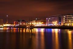 Dublín en la noche sobre el río Liffey Imagenes de archivo