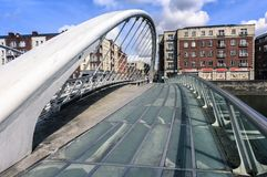 DUBLÍN, IRLANDA - 25 DE AGOSTO DE 2018: James Joyce Bridge imagen de archivo libre de regalías