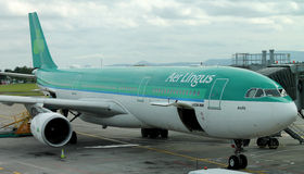DUBLIN - AUGUSTUS 21: De Luchtbusa330-300 vliegtuig van luchtlingus in Dublin Airport wordt geparkeerd dat stock afbeeldingen