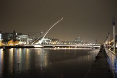 Dublin Bridge på natten royaltyfri fotografi