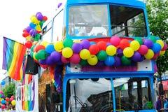 Dublin-Bus, der Stolz Fes am Dublin-LGBTQ teilnimmt Lizenzfreie Stockfotografie