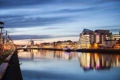 Dublin City Center durante puesta del sol foto de archivo