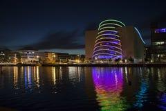 Dublin Convention Centre in regenboogkleuren die wordt aangestoken Royalty-vrije Stock Foto's