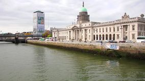 Dublin Custom House en de Liffey-rivier stock footage