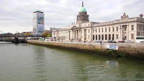 Dublin Custom House et la rivière de Liffey banque de vidéos