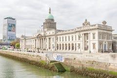 Dublin Custom House et la rivière de Liffey Photos stock