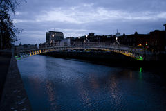 Dublin em a noite imagens de stock royalty free
