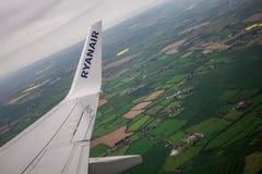 DUBLIN, IERLAND - APRIL 23, 2017: Ryanair-embleem in de vleugel van het vliegtuig met hemel als achtergrond Ryanair heeft goedkop stock fotografie