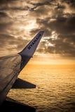 DUBLIN, IERLAND - APRIL 23, 2017: Ryanair-embleem in de vleugel van het vliegtuig met hemel als achtergrond Ryanair heeft goedkop stock afbeelding