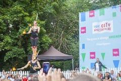 Dublin, Ierland - Juli 13: Brandacrobaten die in Laya jongleren met stock foto